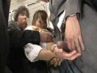 電車で後ろからおっぱいを揉まれる制服娘!前からチ〇ポを握らされスカートに発射