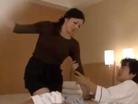 可愛い声の熟女マッサージ師に勃起する客!腕を掴んで無理やりチ〇ポを握らせる
