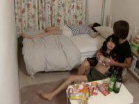 寝てる彼女の横で女友達とセックス!喘ぎ声を我慢してバレないようにこっそりハメる