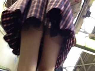 階段逆さ撮りパンチラ!スカートを手で押さえてるのに真下からだと見られちゃう