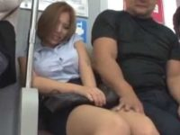 巨乳女性を触りまくり隣の男に注意される痴漢「知り合いなんだよ!」フェラチオ