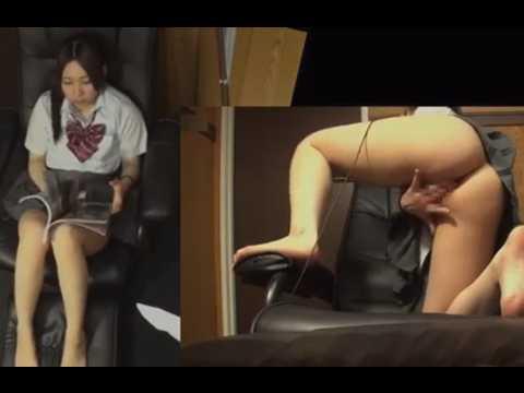 マン喫でヘッドホンしたままオナニー!片足上げて気持ちいいとこをイジる制服娘
