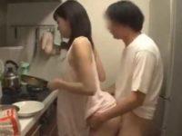 朝食を作るノーブラ妹のおっぱいを揉む兄!朝立ちチ〇ポで寝起きの立ちバック