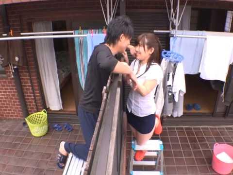 ベランダ越しにキスする浮気カップル!こっそり家に入れてチ〇ポも入れる若妻