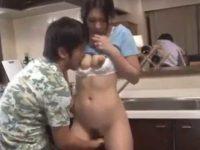 台所で手マンされる母「仲良いみたいだな..」父にバレないように挿入する息子