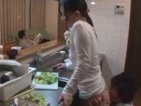 食事を待つ旦那に「ちょっと待ってて!」台所で隠れて母のおま〇こを舐めてる息子