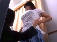 「お母さん帰っちゃったのかな?」試着室で娘のおっぱいを触りまくるセクハラ店員