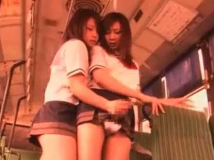 バスでチ〇ポを握られシゴかれるふたなり!座り込んでキスしながらがむしゃら手コキ