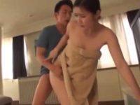 風呂上りにバスタオル1枚の美乳姉「ちょっと何っ!」後ろからいきなり挿入する弟