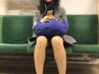 電車座りパンチラ盗撮!座ってるだけでも両膝をつけないと近づいてパンツ狙い