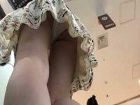 エスカレーターでパンチラ盗撮!スカートの中身を明るくしてくれる純白パンティー