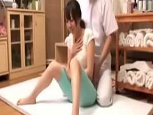 無料マッサージでおっぱいガードする若妻「恥ずかしいですか?」無理やりM字開脚