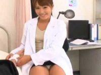 パンチラして治療する女医「さっきから見てるでしょ?」チ〇ポをシゴかれ口内発射