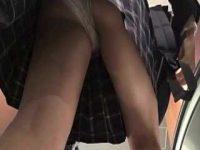 エスカレーターでパンチラ盗撮!片足上げてねじれパンツを見られちゃう制服女子