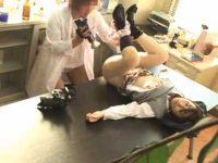 薬で眠らせた制服娘を脱がせておま〇こ撮影!チ〇ポを入れてみるとすぐ中出し