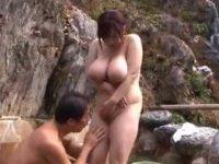 露天風呂に隠しきれないとんでもない爆乳女性「仲良くしようよ!」パイズリさせる