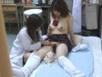 制服娘を脱がせる女医「色白いね!」治療せずに乳首をイジりながらおま〇こを見る
