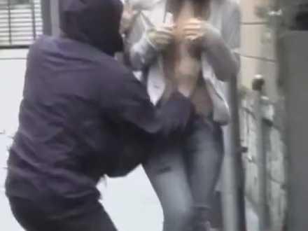 すれ違いざまにおっぱいポロリ!一瞬で乳首まで出されて抵抗できなかった女性
