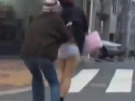 横断歩道でもスカートめくり「きゃあぁぁ~!」悲鳴でさらに注目を浴びるギャル