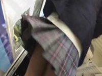 ミニスカ制服娘パンチラ盗撮!急に向きを変えるとふわっとめくれちゃうスカート