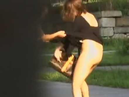 スカートめくったらノーパン!マン毛丸出しで暴れておっぱいもポロリしそうな女性