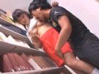 図書館の死角でバレないように痴漢!パイパンおま〇こをイジられ乳首ピンコ立ち