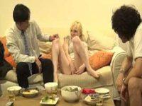 可愛すぎる金髪外国人妻のおま〇こを友達に見せる旦那「ダメだよ..」舐めさせる