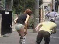 いきなりズボン下し!するっとパンツ丸出しされちゃうスリムな体のゴムパンツ女性