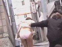 スーツ女性を後ろからスカートめくり!ピンクパンツ丸出しですぐ直せないタイト