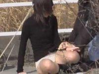 強襲スカート剥ぎ取り!パンツは脱がされないように耐えて草むらに隠れる女の子
