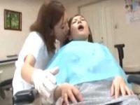 「お口開けててくださいね..」ねっとりキスしておま〇こをイジるレズ歯科助手