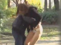 抱きつきながらスカートめくり!盗撮カメラに気付いて追いかけてくる強気な女性