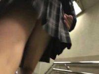 バレそうでバレない前からパンチラ盗撮!カメラを見てる感じでも動かない制服娘
