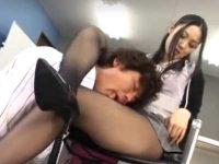 女上司の足を舐める部下「そんなに好きなんだったら..」足コキで抜いてあげる