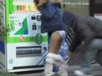 自販機前でズボン下し!ズリ落ちそうなダボダボジャージを一瞬で脱がせてあげる