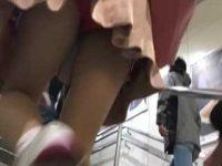 超ミニスカ逆さ撮り!階段を駆け上がるとより見やすくなっちゃう赤パンティー