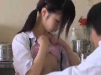 ぺちゃぱい出して恥じらう制服娘「コリコリしてるね!」乳首を触るセクハラ医師