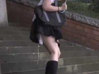 後ろからそっと近づきスカートめくり!紐パンが解けたまま逃げるむっちり制服娘