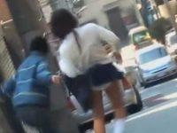 一瞬で丸見えスカートめくり!純白パンティーがまぶしいミニスカ制服黒ギャル