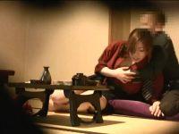 部屋で女将さんにお酌してもらい我慢できず襲う客「やめてください!」ひっぱたかれる