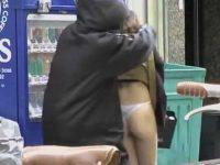 自販機前でスカートめくり!Tバックのプリ尻を見られたって笑ってる茶髪女性