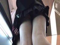 階段で手で隠してても逆さ撮り!問題なくパンツを見られるミニスカ制服娘たち