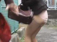 強襲スカート強奪!網タイツにピンクパンティーのセクシーな姿でさまようギャル