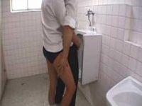 男子トイレでいきなりチ〇ポを握る女子「早く出しなさいよ!」精子が出ちゃう