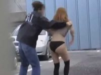 大きく強くスカートめくり!お尻の部分が破れてずっと見えてる黒パンティー