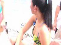 ビキニ撮影会で胸チラ盗撮!会話してる美女たちの浮きブラ乳首をズームで狙う