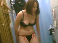 ロッカー着替え盗撮!おっぱいがこぼれそうなエッチな黒下着のぽっちゃり女性