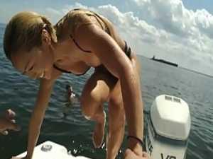 おっぱいポロリハプニング!海から上がるとはみ出してる乳首に慌てる美乳女性