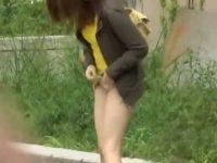 ミニスカ美女のパンツに異物投入!慌ててスカートをめくり美脚を見せてくれる