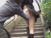階段でそっとスカートめくりガバっとパンツ下し!お尻を見られて笑ってる女性